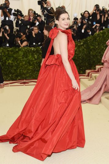 Anne Hathaway in Valentino Haute Couture