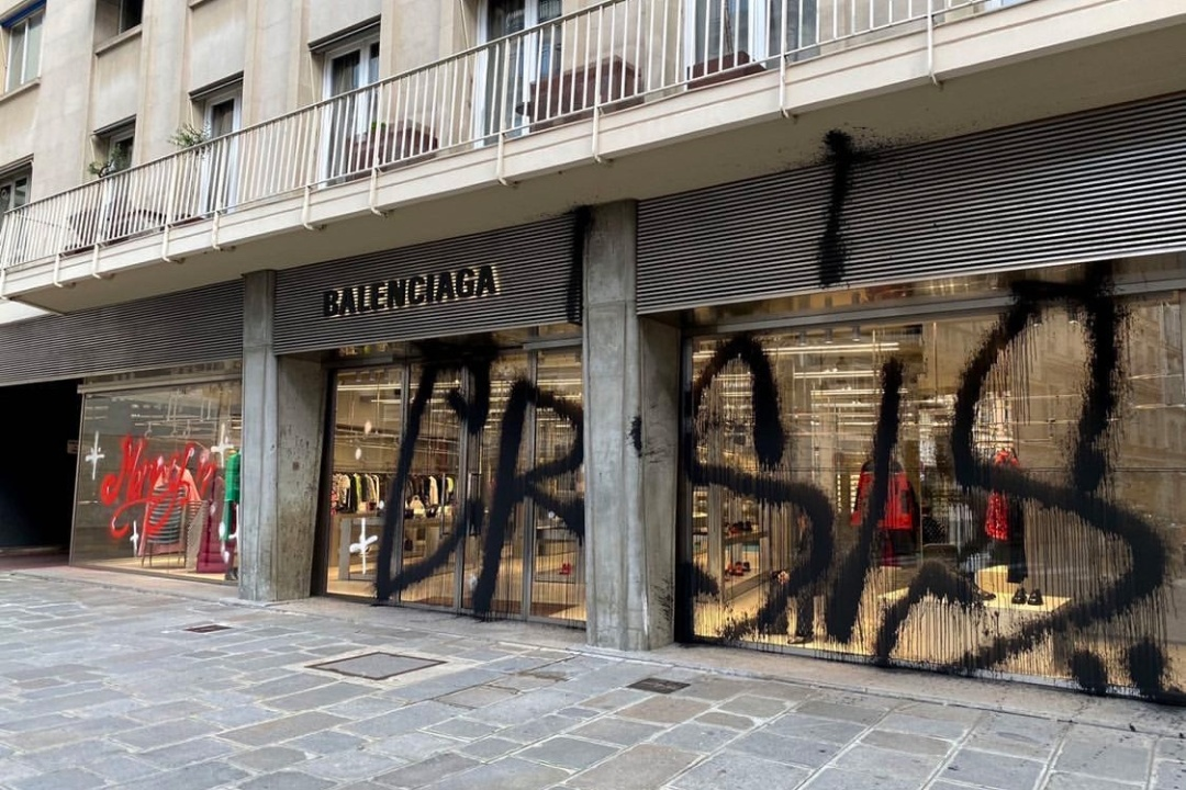 balenciaga-kidult-paris-boutique-flagship-graffiti-merry-crisis-tag-photos-01